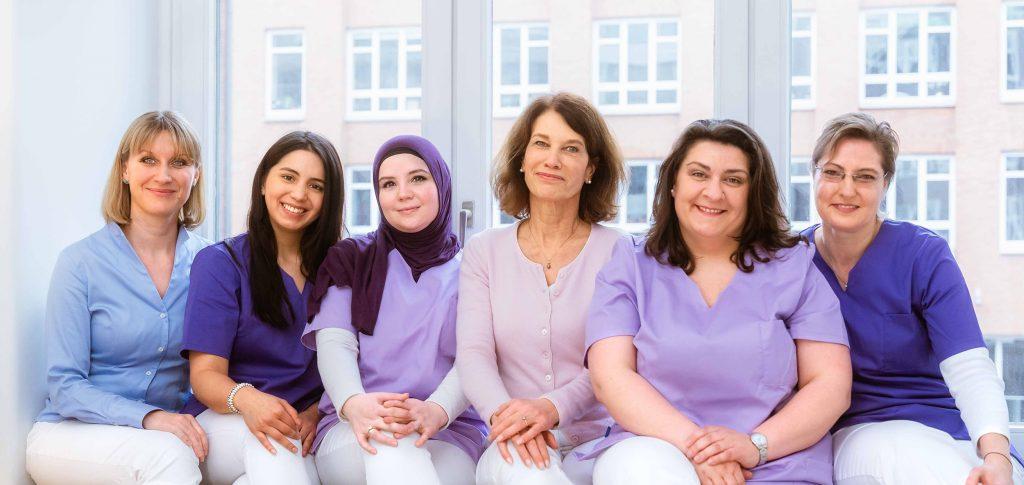 Dr. Claudia Mann und Dr. Andreana Coppi mit ihrem Team in der Frauenarztpraxis