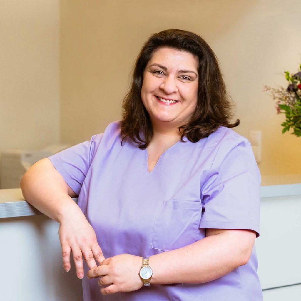 Mitarbeiterin Antonia Milano im Empfangsbereich der Praxis
