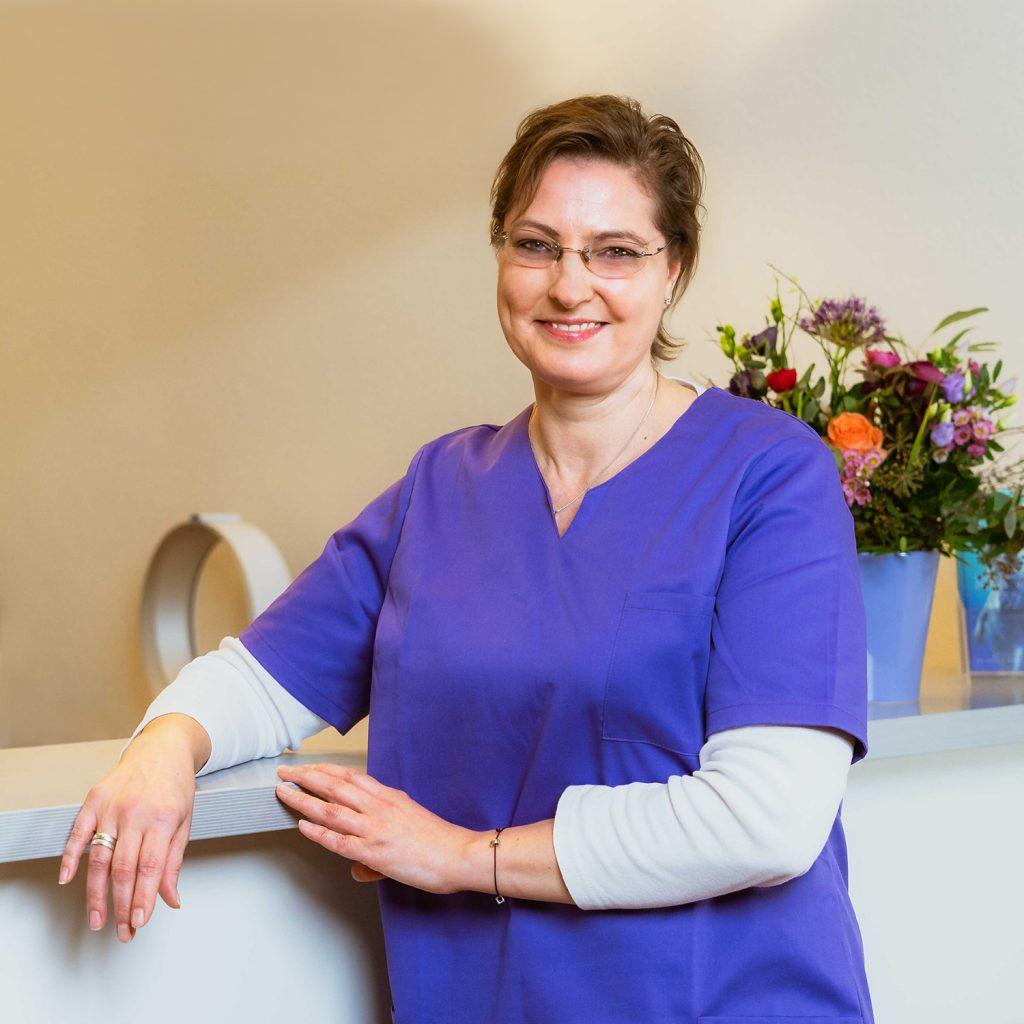 Mitarbeiterin Birgit Kruse im Empfangsbereich der Praxis