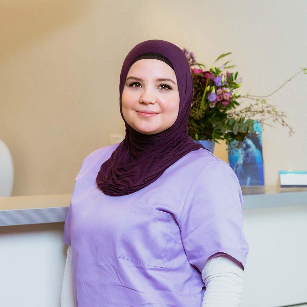 Mitarbeiterin Emine Bedjeti im Empfangsbereich der Praxis